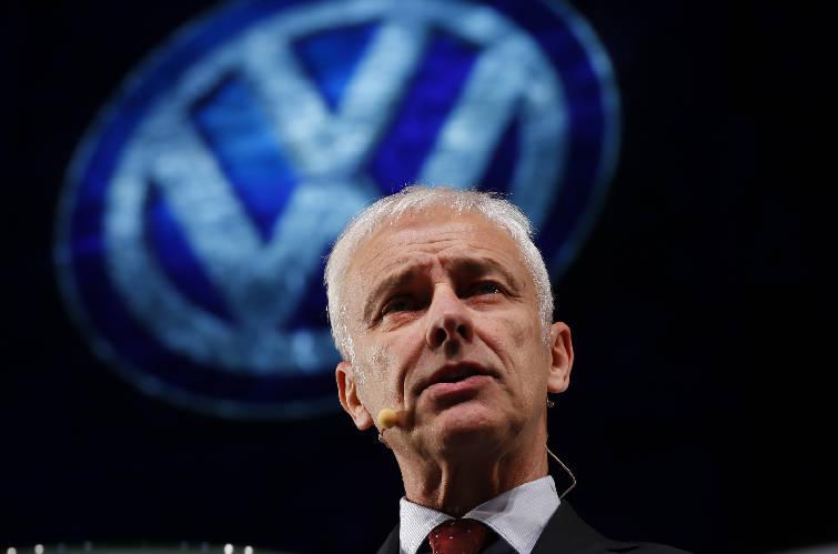 autoshowvolkswagenpark5423971661 t755 h29357da65fddb1e422592674bfb735352a0ea9ab - Volkswagen CEO Matthias Mueller visits US, admits mistake